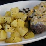 Patatas hervidas en una placa con la carne Patatas de la comida imagen de archivo