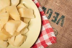 Patatas hervidas sabrosas en una placa sin las especias foto de archivo
