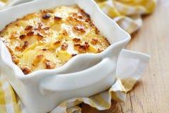 Patatas horneadas a la crema y con pan rallado fotografía de archivo