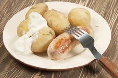 Patatas jovenes hervidas con la salchicha fotografía de archivo