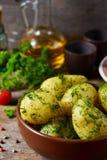 Patatas jovenes, hervidas con mantequilla y eneldo fotografía de archivo