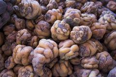 Patatas nativas peruanas en un mercado en Arequipa, Perú Foto de archivo