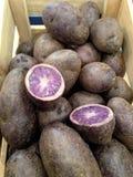Patatas púrpuras y azules foto de archivo