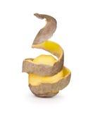 Patatas peladas con la piel como espiral Imágenes de archivo libres de regalías