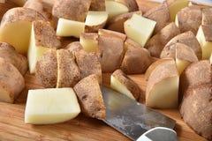 Patatas pelirrojas cortadas en cuadritos Imagenes de archivo