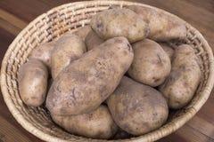 Patatas pelirrojas en cesta tejida Imagen de archivo libre de regalías