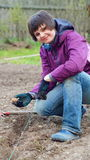 Patatas plantadas mano agradable de la mujer Imágenes de archivo libres de regalías