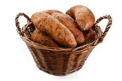 Patatas recién cosechadas en una cesta de mimbre aislada en blanco fotos de archivo libres de regalías
