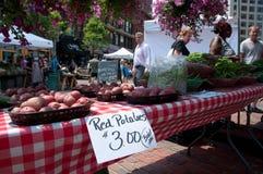 Patatas rojas para la venta en el mercado del granjero Fotos de archivo
