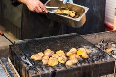 Patatas sabrosas preparadas en el carbón de leña caliente del Bbq Fotografía de archivo libre de regalías
