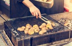 Patatas sabrosas preparadas en el carbón de leña caliente del Bbq Imágenes de archivo libres de regalías