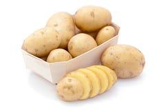 Patatas sin procesar en cartón Foto de archivo