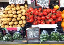 Patatas, tomates, verduras en el cierre del mercado de las cajas para arriba fotografía de archivo libre de regalías