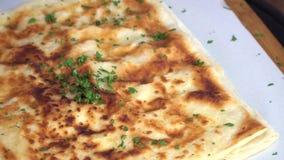Patatas tradicionales turcas de la pita de Gozleme con el pepino y el tomate cortado que giran en tela escocesa del modelo
