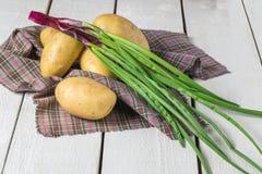 Patatas y cebolla verde foto de archivo
