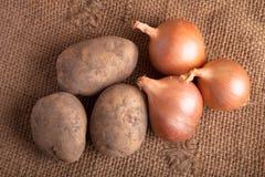 Patatas y cebollas Fotos de archivo