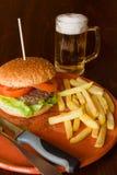 Patatas y cerveza fritas hamburguesa Imagen de archivo