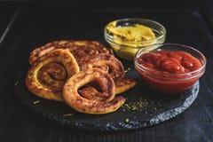 Patatas y espirales del queso Foto de archivo
