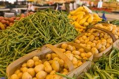 Patatas y habas en el mercado de los granjeros Foto de archivo