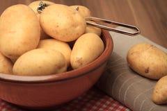 Patatas y Peeler Foto de archivo libre de regalías