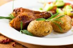 Patatas y pollo de carne asada rústicos cocidos al horno imagen de archivo