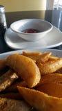 Patatas y salsa de la cuña Fotografía de archivo libre de regalías