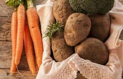 Patatas y zanahorias fotos de archivo libres de regalías