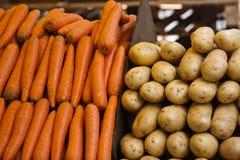 Patatas y zanahorias en el mercado de París Fotografía de archivo