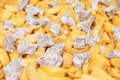 Patate affettate con carne, cruda su uno strato di cottura Fotografia Stock