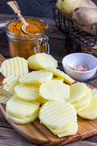 Patate affettate grezze Fotografie Stock Libere da Diritti
