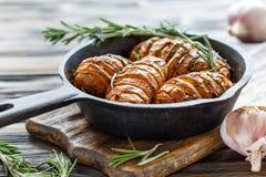 Patate al forno con aglio e rosmarini immagine stock libera da diritti