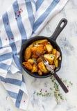 Patate al forno con aglio e timo fresco fotografia stock libera da diritti