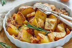 Patate al forno con bacon, rosmarini ed aglio fotografia stock libera da diritti