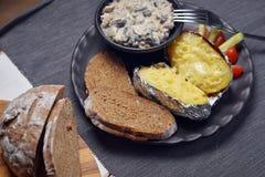 Patate al forno con i funghi e le verdure Fotografie Stock