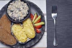 Patate al forno con i funghi e le verdure Immagini Stock Libere da Diritti