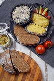Patate al forno con i funghi e le verdure Fotografia Stock Libera da Diritti