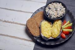 Patate al forno con i funghi e le verdure Immagine Stock Libera da Diritti