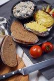 Patate al forno con i funghi e le verdure Immagini Stock