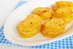Patate al forno con il piatto delle spezie e del formaggio Ricetta delle patate Immagini Stock