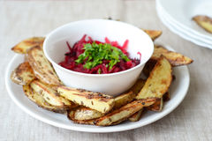 Patate al forno con l'insalata della barbabietola Fotografie Stock