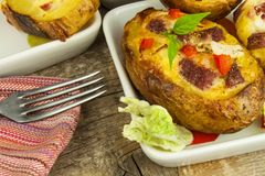 Patate al forno farcite su una tavola di legno Alimento sano Cena di compito Immagine Stock