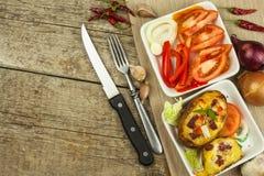 Patate al forno farcite su una tavola di legno Alimento sano Cena di compito Fotografie Stock