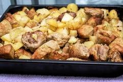 Patate al forno nel forno con la carne dell'uccello Fotografia Stock