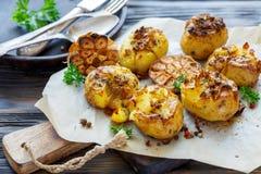 Patate al forno in pelle con le spezie, l'olio d'oliva e l'aglio immagini stock