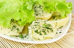 Patate bollite con i fogli dell'insalata fotografie stock libere da diritti