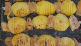 Patate con bacon cotto sui carboni archivi video