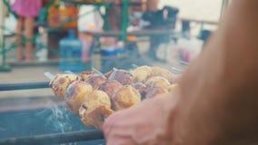 Patate con bacon cotto sui carboni video d archivio