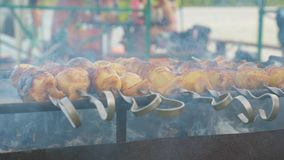 Patate con bacon cotto sui carboni stock footage