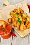 Patate dei cunei e sause del ketchup Fotografia Stock Libera da Diritti