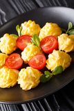 Patate deliziose di duchessa servite con il primo piano del pomodoro e della menta immagine stock